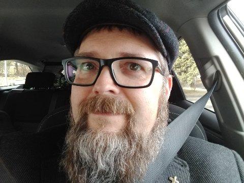 ÅPNER DØREN: Sokneprest i Hamar menighet, Per Erik Engdal, vil åpne opp for å snakke med folk om den vanskelige situasjonen som koronaviruset har skapt for mange.