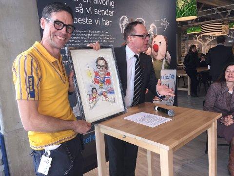MINNER FRA RINGSAKER: Jens Listrup var den første varehussjefen på Ikea Ringsaker. Her sammen med rådmann i Ringsaker, Jørn Strand, i forbindelse med åpningen av Ikea i 2015.