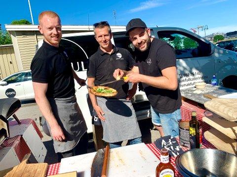 PIZZAMARATON: Marius Brustad og Per Neraas-Andersen sammen med Oliver Weber, laget 120 pizzaer på fire timer lørdag.