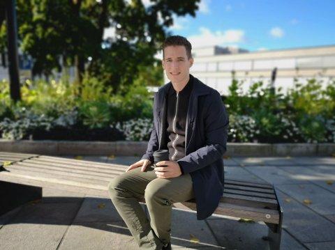 TRIVES I BYEN: Sveitsiske Joshua Schelbert flyttet til Hamar i august og har fått et veldig godt inntrykk av byen. Nå er 28-åringen med jussutdannelse på utkikk etter jobb.