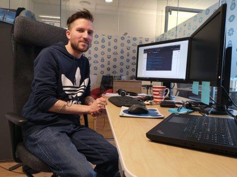 NY RETNING I LIVET: Marius Johansen drev med datakriminalitet i flere år før han ble tatt og fikk sin straff. Nå bruker han ferdighetene sine på lovlig vis i Hamar-firmaet Virosafe og han er takknemlig for at de ga ham sjansen.