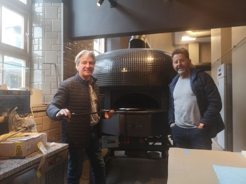 SAMARBEIDER: Il Teatro åpner dørene i neste uke og innehaver Salvatore Putzu (t.v) gleder seg til å samarbeide med Oddvar Hemsøe i forbindelse med Lutefiskfestivalen i november.