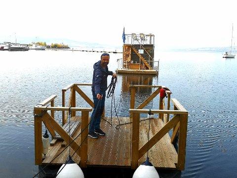 TROR PÅ OPPSVING: Stein Ola Skaarer har fått en litt tøff start som driver av badstuebåten i Hamar, men han har tro på at høsten og vinteren er høysesong.