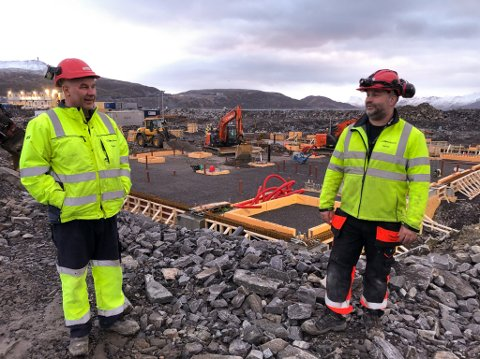 MYE JOBB: Viggo Eriksen (til venstre) og Bengt Hansen hos Viggo Eriksen AS på sykehustomta. Foto: Trond Ivar Lunga