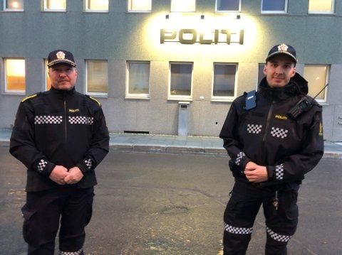 LOKAL TILHØRIGHET: Ernst Kristian Moe (til venstre) og Jøran Antonsen Paulsen er to av mange hammerfestinger som jobber på politistasjonen i Hammerfest. Foto: Trond Ivar Lunga