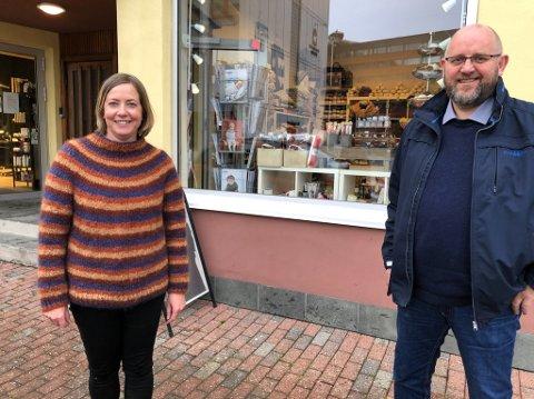 TAR NY SATS: Trine Karlsen og Espen Hansen oppfordrer folk til å handle lokalt på nett. Varene vil bli bringt hjem. Foto: Trond Ivar Lunga