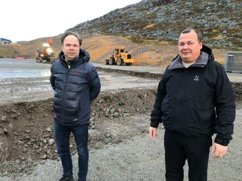 ARBEIDET I GANG: Hallprosjektet begynner å ta form. – Dette er storstua til Hammerfest sin befolkning, sier daglig leder Steve Sivertsen i Hammerfest Arena AS. Styreleder Roy Skog (til venstre) Foto: Trond Ivar Lunga