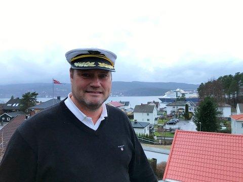 LOKAL LOS: På grunn av hobbyen har Trond Kristensen har fått tilnavnet Drøbakslosen. Fra verandaen har han full oversikt over  skipstrafikken i Drøbaksundet. I bakgrunnen det Color Line som seiler forbi, mens Pearl Seaways følger hakk i hæl.