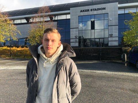 BLITT EN YNDLING: Marcus Holmgren Pedersen blir hyllet av Moldes supportere. Foto: Trond Ivar Lunga