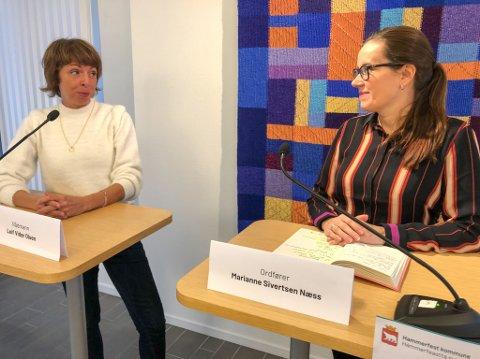 FORVENTER MUTERT VIRUS: Kommuneoverlege Sonni Schumacher (til venstre) forventer at det muterte koronaviruset også kommer til Hammerfest. Her i samtale med ordfører Marianne Sivertsen Næss. Foto: Trond Ivar Lunga