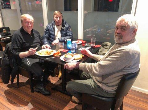 URIMELIG: Rolf Pedersen (til venstre), Egil-Arne Johansen og Charly Agledahl synes det er urimelig at utelivsbransjen i Nord-Norge ikke kan servere alkohol etter klokken 22.00. Foto: Trond Ivar Lunga
