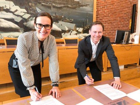 UNDERSKREV AVTALE: Ordfører Marianne Sivertsen Næss og Nussir-sjef Øystein Rushfeldt skrev mandag under en samarbeidsavtale. Foto: Trond Ivar Lunga