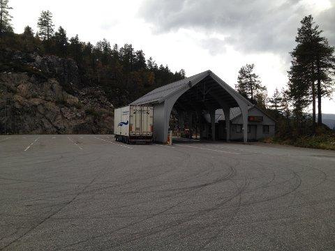 Statens vegvesen sin kontrollstasjon på Seljestad fungerer også som et kollektivknutepunkt mellom øst og vest.