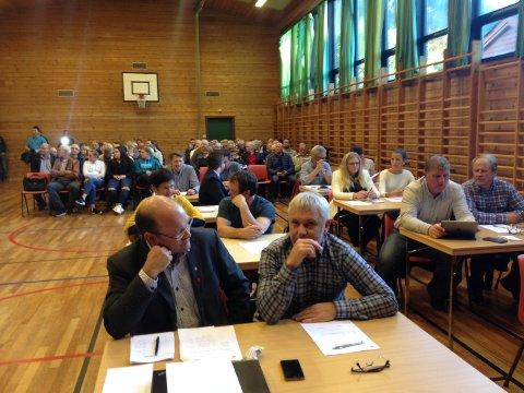 Stort publikum: Kommunestyremøtet ble avholdt i gymsalen på Jondal skule.
