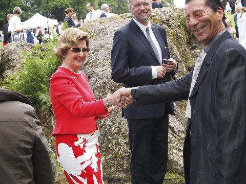 God stemning: Borzoo Haddadi frå Odda i møte med Hennar Majestet Dronning Sonja. – Kongefamilien var jordnære menneske, seier han.Alle Foto: Privat