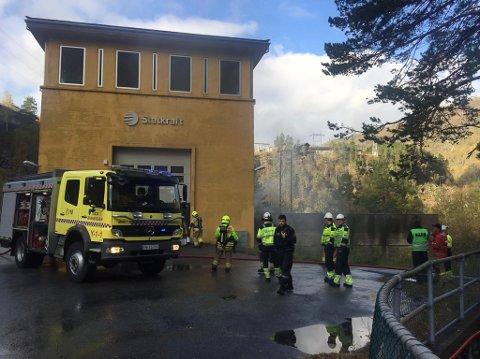 RØYKUTVIKLING: Både brannvesen og politi rykke ut til meldinger om kraftig røykutvikling på nedsida av pumpehuset.