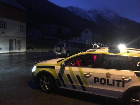 Evakuerte: En patrulje fra Hardanger lensmannskontor var på plass på Tokheim.
