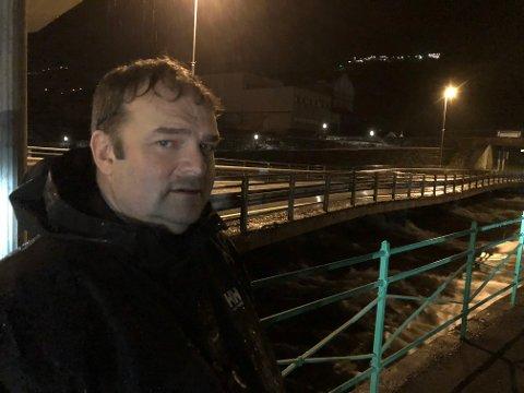 Følger situasjonen: Ordfører Roald Aga Haug fulgte med på situasjonen langs Opo søndag kveld.
