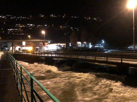 Svai: Brua over Opo er rammet av vannmengdene fra Opo