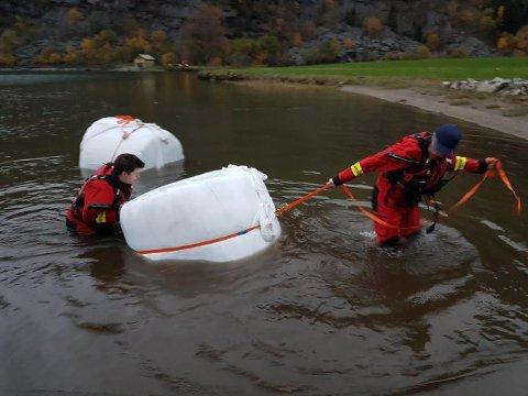 Berget: Fire rundballer med fôr var fangsten til Røde Kors tirsdag kveld. Nå vil de fortsette å hjelpe flomrammede bønder senere i uka.