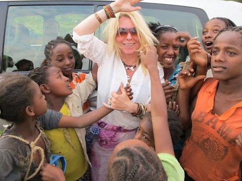 Eli med barn i Etiopia