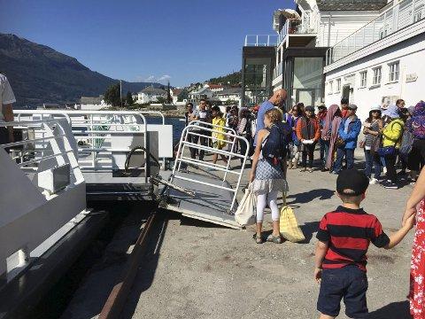 Illustrasjonsfoto: Turistar som reiste med MS Teisten til og frå Lofthus i sommar. No vil Visit Hardangerfjord undersøka korleis turistane beveger seg i regionen. foto: eli lund