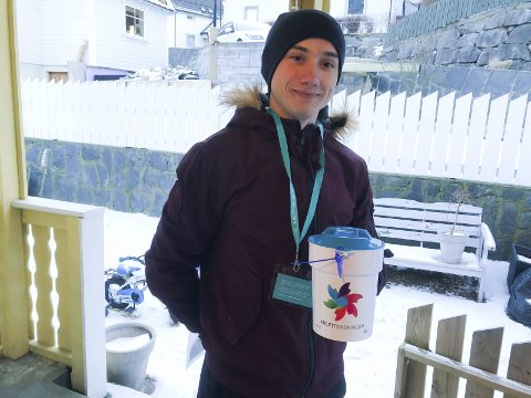 Innsamling: Piotr Szewczak samla inn pengar for russen.