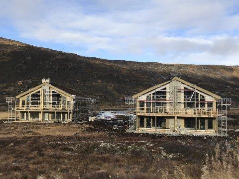 Planane til eigedomsutviklingsfirmaet Prospecta byrjar å ta form på Maurset i Sysendalen. På biletet ser ein to av tre bygningar med fire leiliegheiter i kvar. Biletet er tatt i oktober. No er det litt meir kvitt på bakken, men generelt har hausten bydd på uavnleg bra tilhøve for byggjeaktivitet høgt til fjells, sjølv om det alltid er utfordringar.
