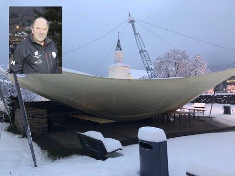 Tålte ikke snømassene: Natt til søndag falt det store mengder våt og tung snø, det gikk utover teltduken i parken. Inge Lægreid, leder i Odda By, sier folk skal være trygge på at de skal få opp en ny.