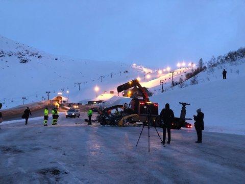 Vraket av helikopteret ble mandag ettermiddag hentet ned og plassert på parkeringsplassen ved skianlegget i Røldal.
