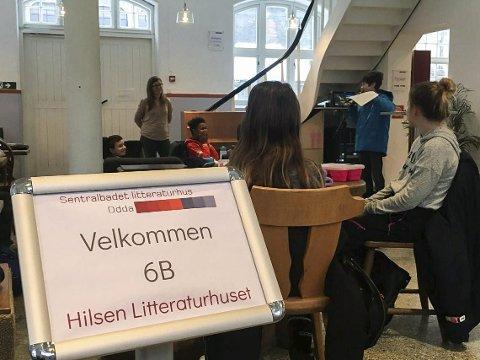 Besøk: Elevane framførte eigne tekstar.Foto: Litthuset