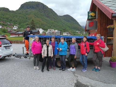 Damer frå R K&F og sjåfør Håkon Småbrekke har pakka klar hengaren for transport til Suldal.