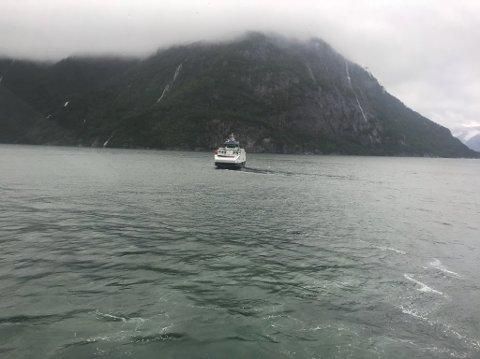Ferja var ute på fjorden då propellen fekk problem.