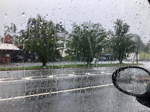 Juli begynner vått: Ferjekaia i Tørvikbygd søndag formiddag.