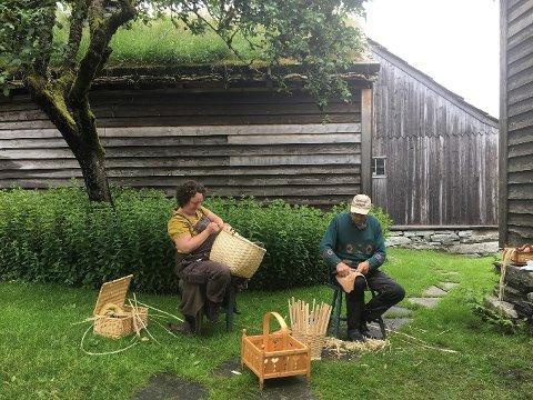 Hege Wiken som lager vedmeis, og Samson Øvstebø, samt et av barn i ferd med å lage installasjon til utstillingen.