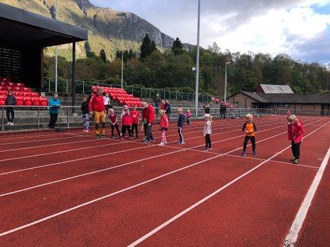 Det var yrande liv på Odda stadion då Odda idrettslag arrangerte seriestevne onsdag 18. september. Her får deltakarane på 60-meter instruksjon i start av startar Per Djønne.