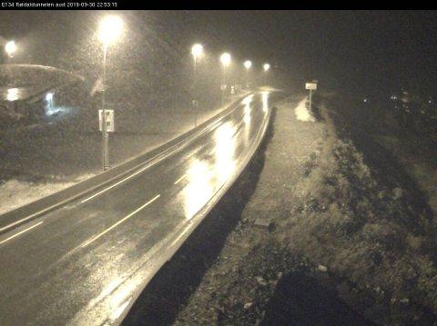 Slik så det ut på E 134 ved Røldal skisenter mandag kveld. Her var det nullføre.