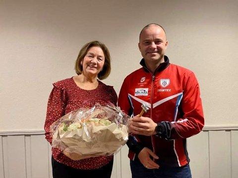 Kari Schaathun Larsen har vært leder i 15 år, men leverer nå stafettpinnen videre til Asle Lægreid. Larsen fortsetter å være aktiv i håndballgruppa til Odda idrettslag.