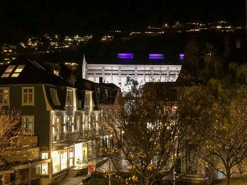 Odda sentrum: Den store siloen på Smelteverkstomta er i disse dagar opplyst på kveldstid. Foto: Ernst Olsen