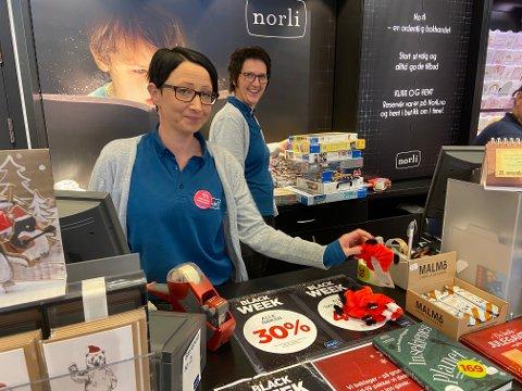 """Dagleg leiar Anne Britt Straumsøy Brekke (bakerst) fortel om ein roleg fredag, men god """"Black Week"""" på Norli i 2020."""