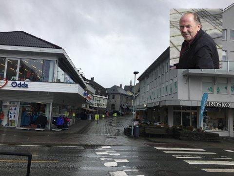 Folketomt: Gågata i Odda tirsdag formiddag, ikke et menneske å se. – Det er ikke folk i sentrum. Vi snakker masse permitteringer, sier Inge Lægreid (innfelt), leder i Odda By. Foto: Privat