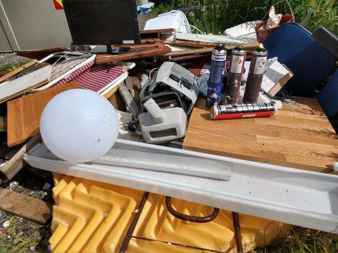 Her er noko av det folk har kasta i containerane, som gjorde at det blei for fullt.