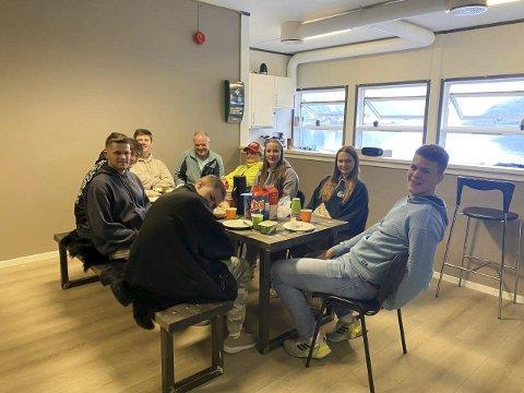 Lunsj: Byggfagelever fra Odda vgs. på besøk hos Kirkens Bymisjon i Odda, der de spiste lunsj rundt bordet de ga til Bymisjonen tidligere i år. Foto: Merete Fedje