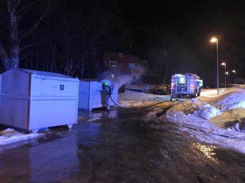 Mandag kveld denne uka tok det til å brenne i en container på Askane i Odda. Det er ikke første gang dette skjer, og politiet mistenker nå at brannene er påsatt.