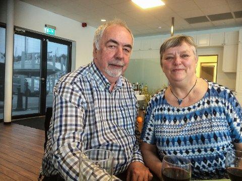Ottar Helgesen og Kari Myklathun takkar for seg på Hedlo Turisthytte.