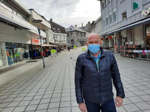 Leder i Odda By, Inge Lægreid, oppfordrer folk til å bruke munnbind når de er ute og handler.