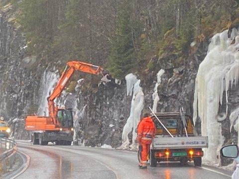Fjerning av is: Dette bildet ble tatt i Sunnfjord kommune onsdag denne uken. Foto: Eivind Dahle Sjåstad
