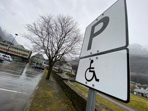 Det er 16 tilrettelagte parkeringsplasser for funksjonshemmede på offentlig areal i Odda sentrum. FFO opplever at mange parkerer på plassene uten å ha tillatelse til dette.