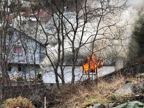Flammene stod ut av vinduet på huset.
