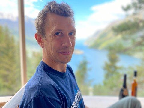 Kjartan Aano er daglig leder i Up in the air AS, som gjennom markedsnavnet Woodnest tilbyr overnatting i tretopphytter på Kalvanes i Odda. Nå skal selskapet bygge to helt nye tretopphytter.